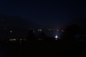 El lago de Brienz, las luces de al fondo son de Interlaken