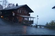 El restaurante colgante. Comida típica suiza y suizos típicos 100% Las vistas al lago son de lo mejorcito mientras tomas un café.