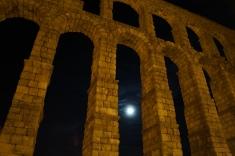 Luna llena en el acueducto