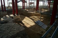 Los restos de otra edificación justo al lado del museo