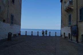 Esto es el final de la calle, abajo está una pared vertical que termina en la playa.