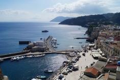 El puerto de Lipari. Al fondo la isla de Vulcano