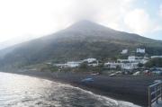 La pequeña playa de Stromboli, al fondo el volcán.