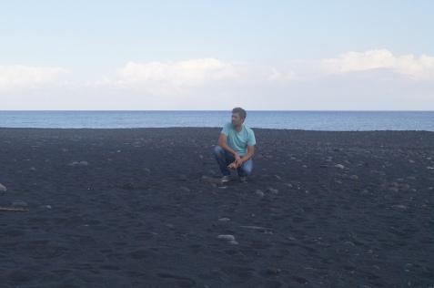 La arena negra de la playa de Stromboli y un servidor a juego con los colores del paisaje.