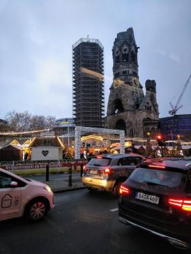 La Iglesia del Kaiser Wilhelm, semi derruida y dejada así para no olvidar lo que pasó durante la guerra.