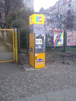 La ciudad está llena de cajeros automáticos callejeros. La ciudad necesita pasta para gastar